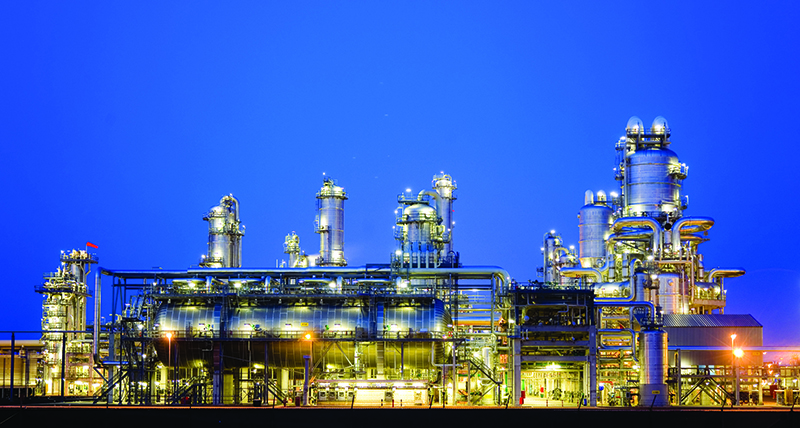 CloudWorx Intergraph Smart Review, product sheet, refinery in evening, tank and towers
